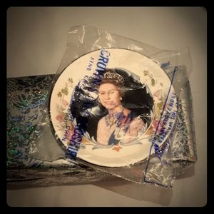 VINTAGE SEALED QUEEN ELIZABETH COMMEMORATIVE PLAT